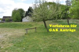 Blühende Obstbäume auf Wiese vor einem Hof, Verfahren für GAK Anträge